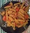 bord met Penne kipfilet wortelen bami groenten